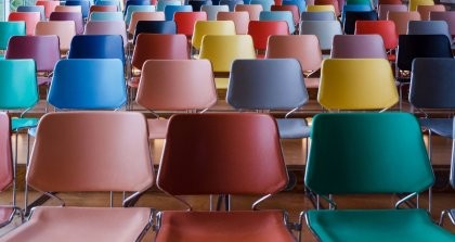 Leere bunte Stühle einer Veranstaltung