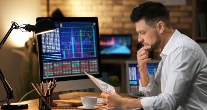 Ein Programmierer sitzt an einem Computer und wertet die Ergebnisse vom Website Monitoring aus.